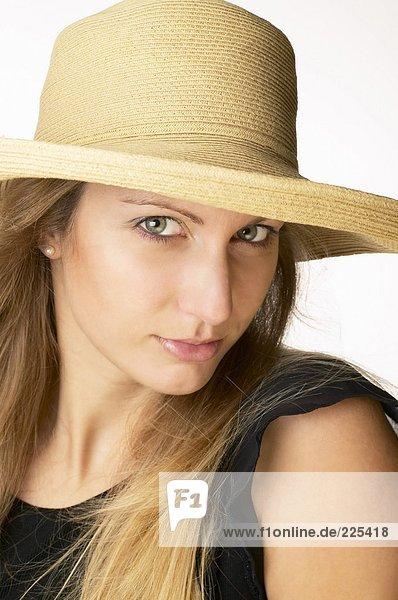 Porträt von Frau trägt Strohhut