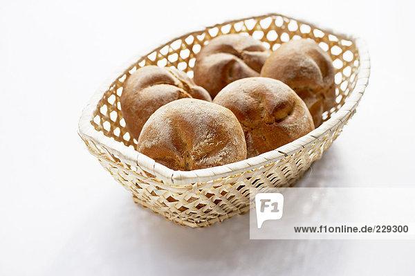 Ein Brotkörbchen mit fünf Semmeln