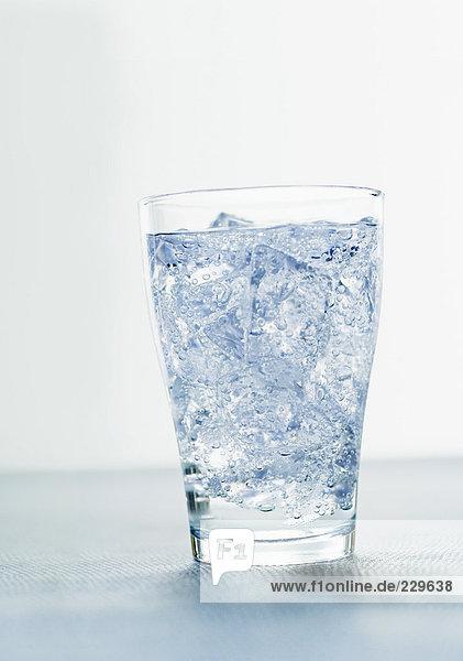 Glas Mineralwasser mit Eiswürfeln (1)