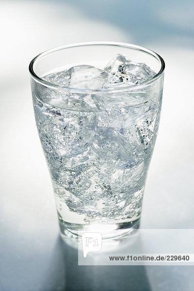 Glas Mineralwasser mit Eiswürfeln (3)