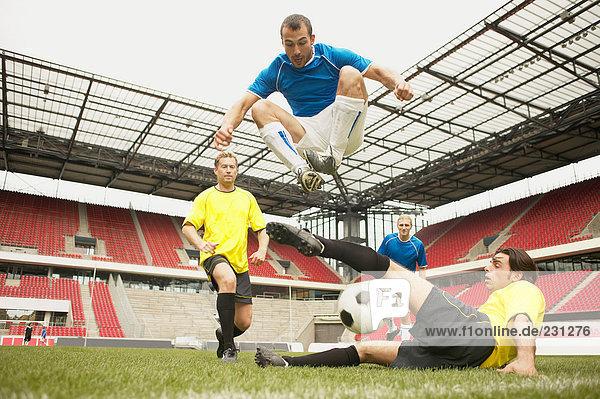 Fußballspieler beim Tackling