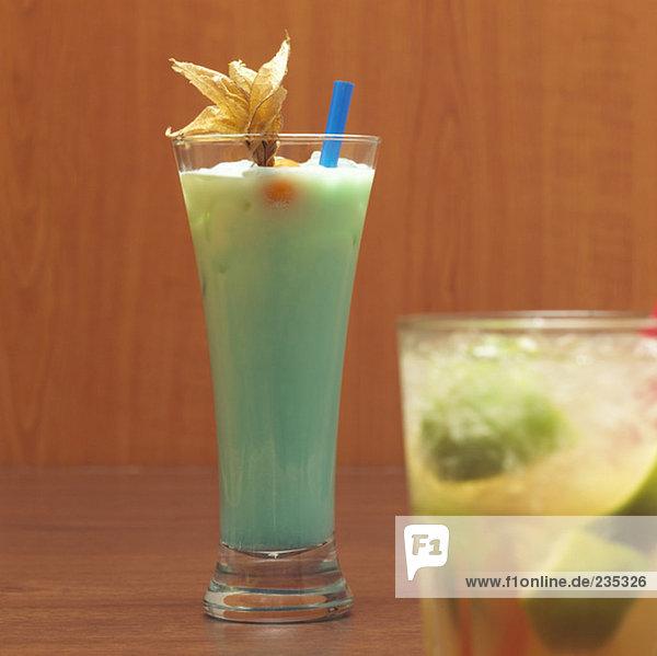 Schwimmbad und Caipirinha-Cocktails  Nahaufnahme