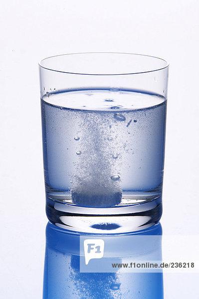Tablette im Glas Wasser