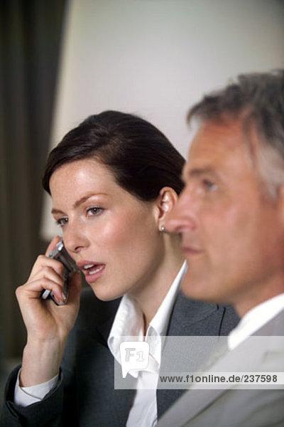 junge geschäftsfrau mit einem Mobiltelefon Tagung
