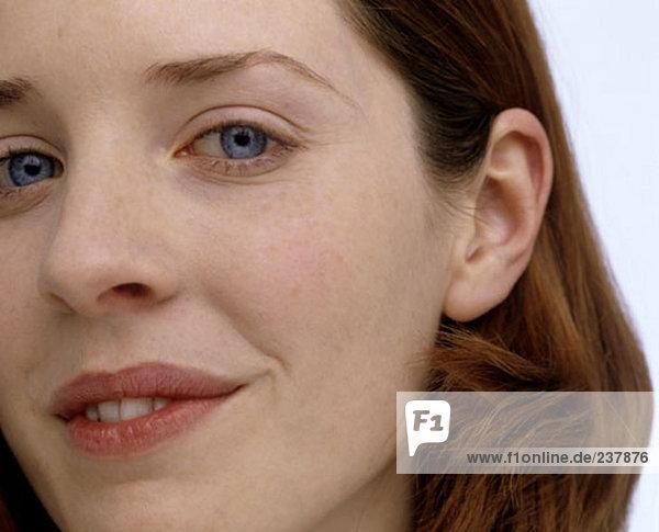Portrait einer jungen Frau mit blauen Augen und rotes Haar