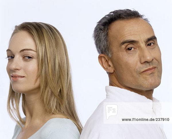 Nahaufnahme Portrait älterer Mann und junge Frau wieder