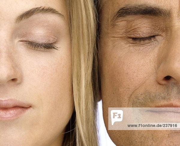 Nahaufnahme Portrait älterer Mann und junge Frau mit Augen geschlossen