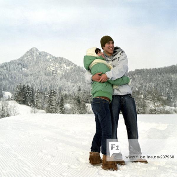 Teenage paar heraus genießen einen Tag im Schnee