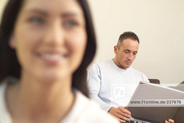 Mann Computer Notebook arbeiten jung