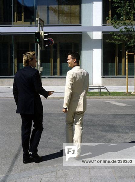 zwei Männer im Geschäft passt zu Fuß auf der Straße
