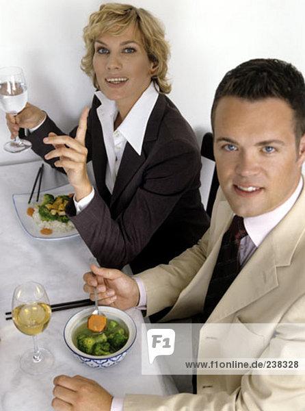 Portrait von Mann und Frau in der Wirtschaft passt im restaurant