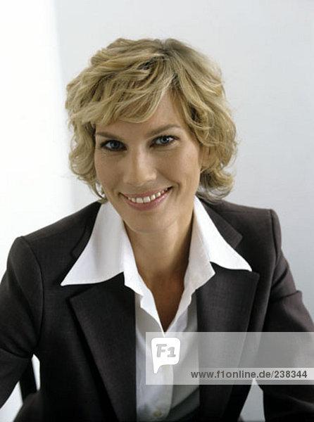 Porträt von geschäftsfrau tragen Anzug und weißen Hemd