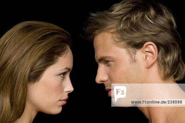 junges paar Blick auf einander