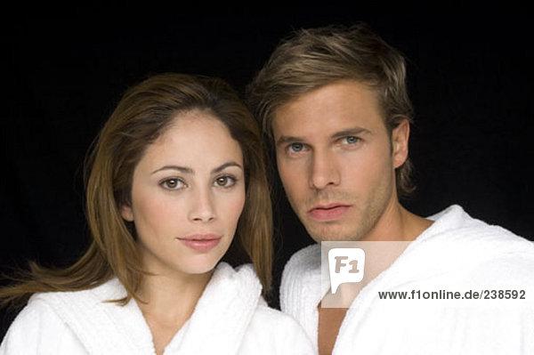 Porträt jungen Paares tragen Bademäntel