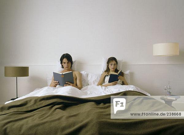 paar Bücher lesen im Bett