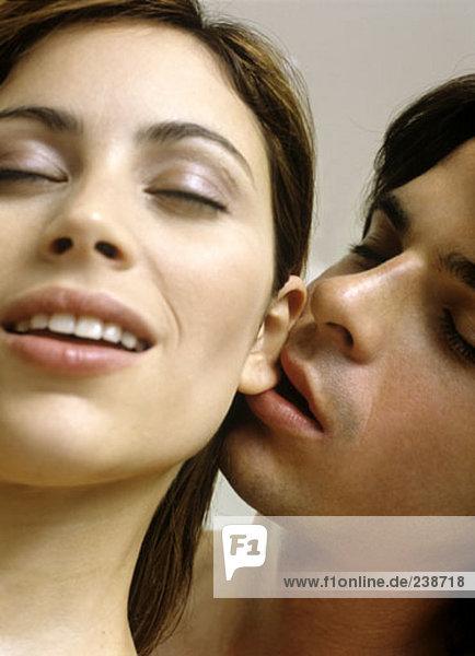 junge Mann auf seine Girlfriend´s Ohrläppchen Nibbeln mund