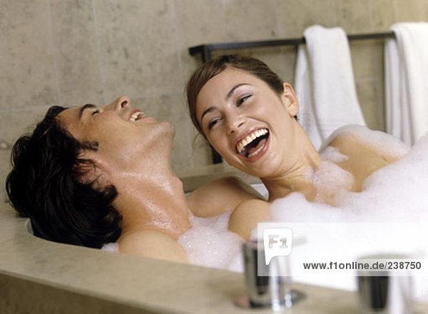 junges paar lacht zusammen in Bad