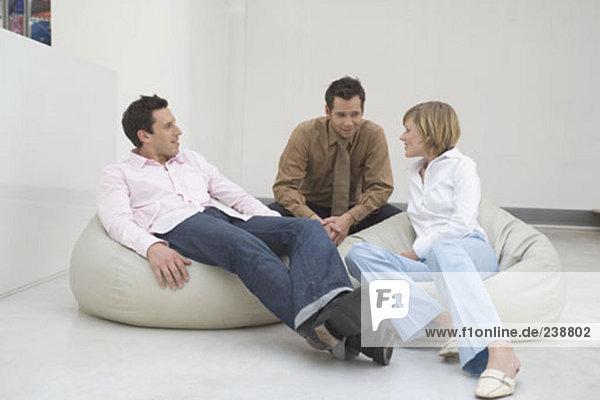 drei Personen gemütlich auf Sitzsäcken und sprechen