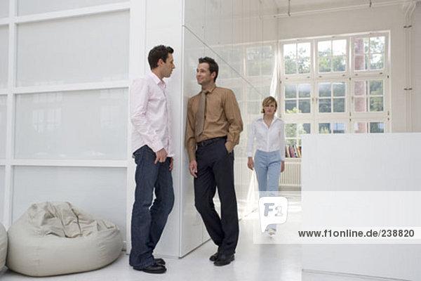 zwei Männer  die ein Gespräch in der Nähe der Rezeption in ein Bürogebäude