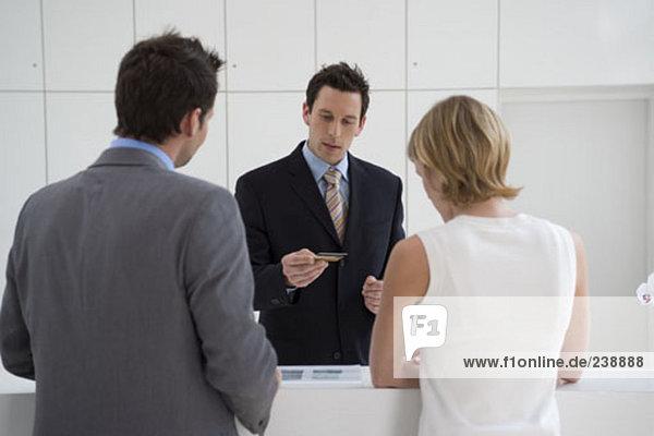 Rezeption Überprüfung Kreditkarte von Kaufmann und geschäftsfrau