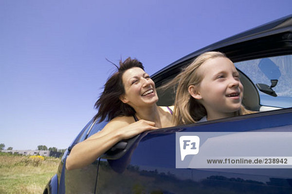Happy Mutter und Tochter zusammen im Auto sitzen