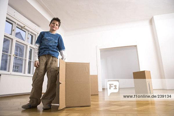 leer Portrait Junge - Person Zimmer frontal Bewegung jung Eigentumswohnung neues Zuhause