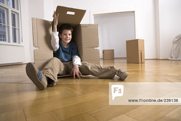 verstecken Junge - Person Bewegung jung Eigentumswohnung Pappe neues Zuhause