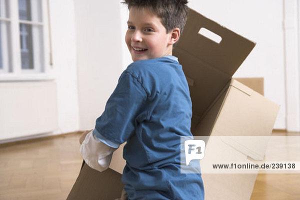 Junge - Person verpacken Bewegung jung Eigentumswohnung Pappe spielen neues Zuhause