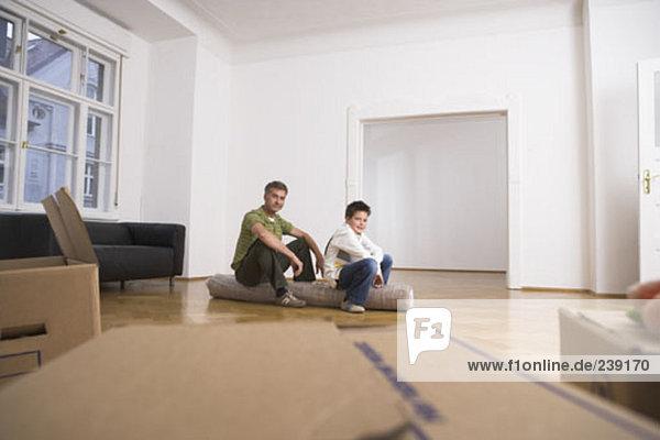 sitzend Menschlicher Vater Sohn Zimmer Bewegung Teppichboden Teppich Teppiche voll