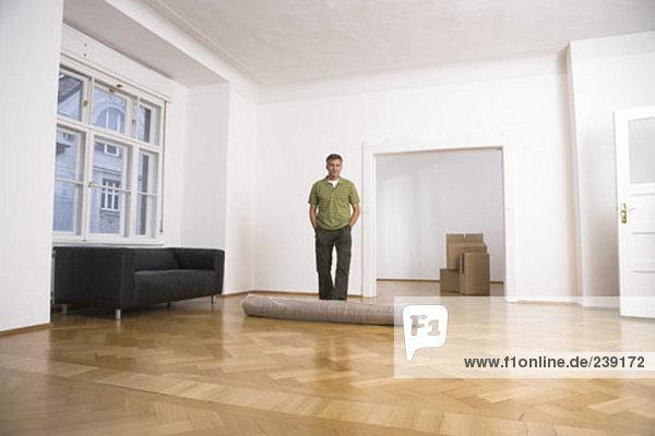 stehend Portrait Mann Eigentumswohnung neues Zuhause