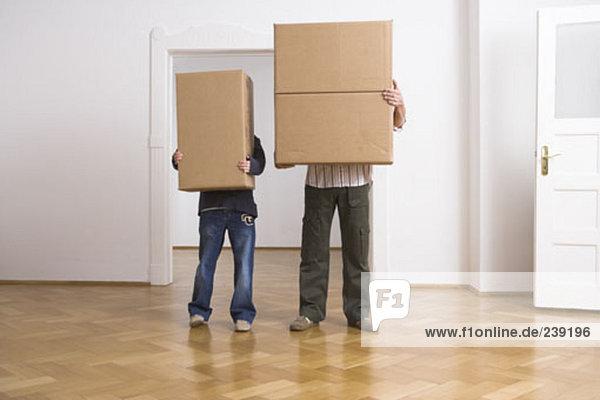 hinter Mann verstecken Junge - Person Umzug umziehen ausziehen einziehen Pappschachtel Pappkarton Pappe