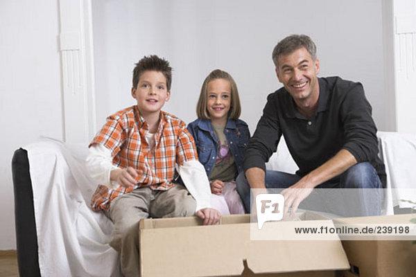 Portrait Menschlicher Vater verpacken Bewegung 2 Eigentumswohnung neues Zuhause