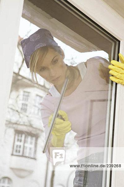 junge Frau junge Frauen Fenster Reinigung Spiegelung