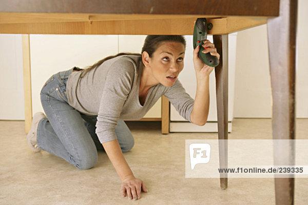 Fußboden Reparieren ~ Boden frau fußboden kniend reparieren bl schnurloses telefon