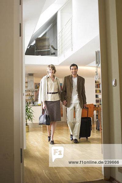 Reise Gepäck gehen reifer Erwachsene reife Erwachsene Apartment verlassen