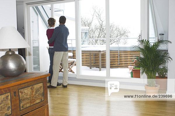 Interior  zu Hause  Fenster  Zimmer  reifer Erwachsene  reife Erwachsene  hinaussehen  Wohnzimmer