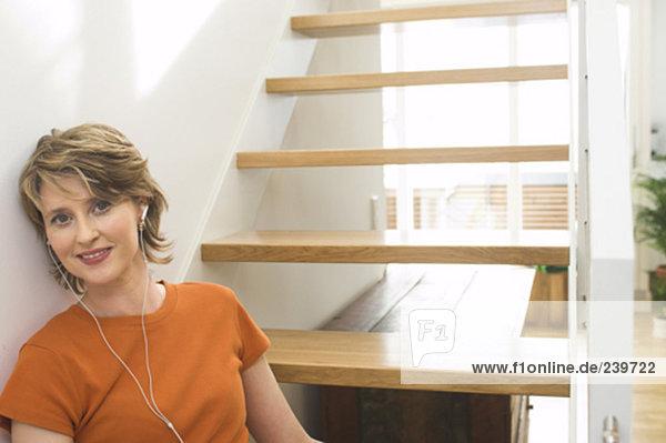 Stufe  sitzend  Interior  zu Hause  Portrait  Frau  reifer Erwachsene  reife Erwachsene  Kopfhörer  Kleidung