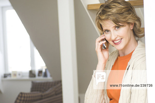 Handy  Interior  zu Hause  Frau  unterhalten  reifer Erwachsene  reife Erwachsene  Mittelpunkt
