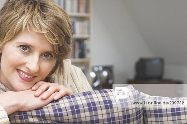 Interior  zu Hause  Frau  lächeln  reifer Erwachsene  reife Erwachsene  Mittelpunkt  Blick in die Kamera