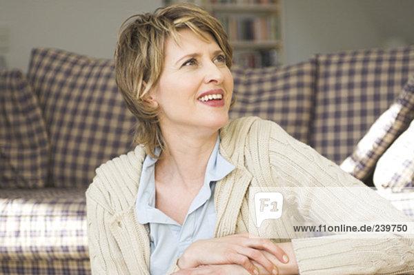 sitzend Portrait Frau Zimmer reifer Erwachsene reife Erwachsene Wohnzimmer