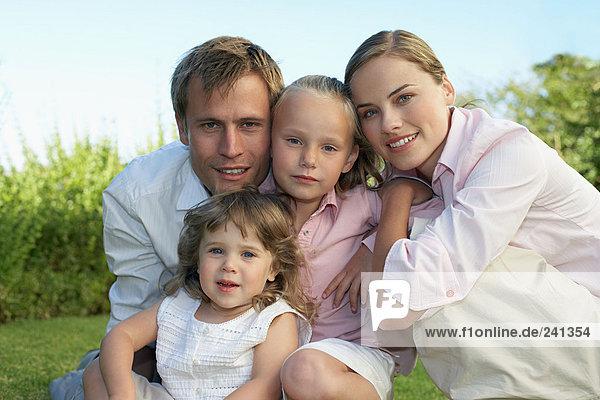 Porträt einer Familie im Garten