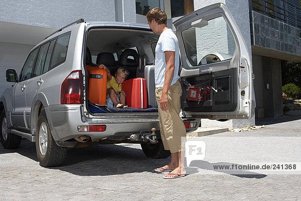 Vater findet den Sohn  der sich im Kofferraum versteckt.