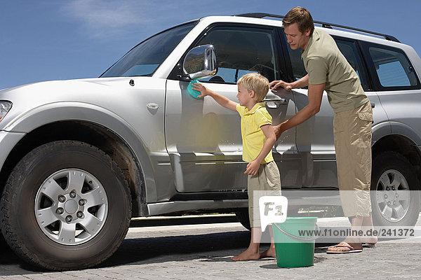 Vater und Sohn waschen das Auto