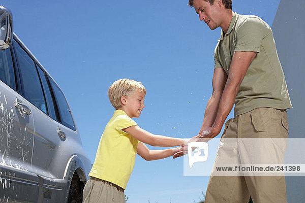 Junge gibt Vater ein High Five