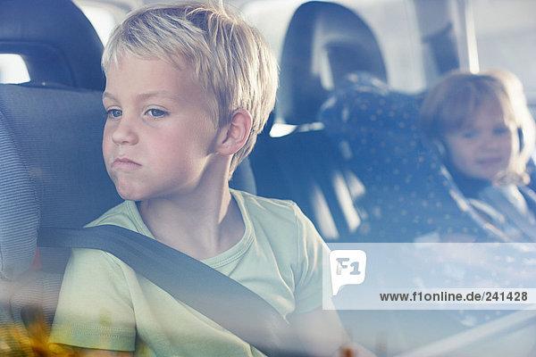 Zwei Kinder saßen hinten im Auto.