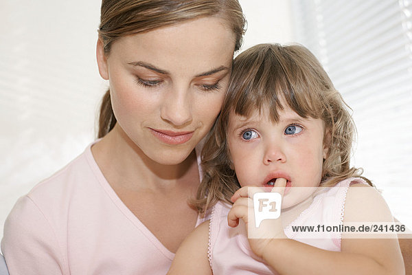 Mutter tröstet ihre Tochter