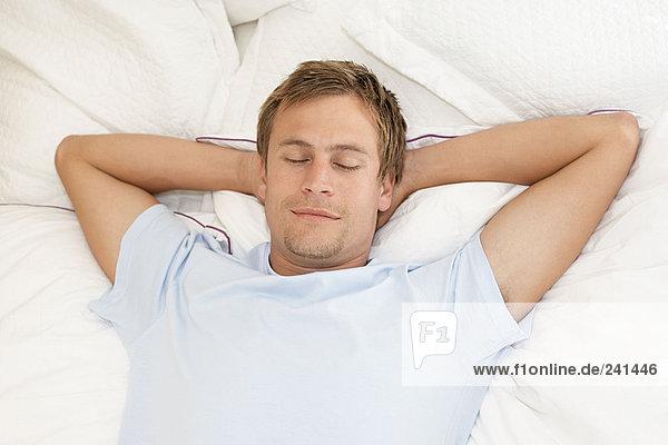 Mittlerer Erwachsener Mann schlafend