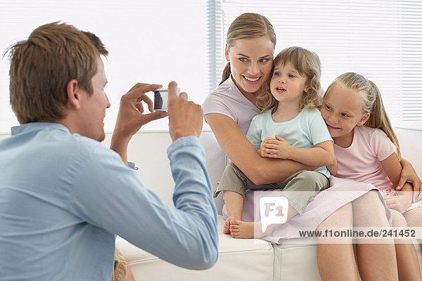 Familie posiert für ein Foto