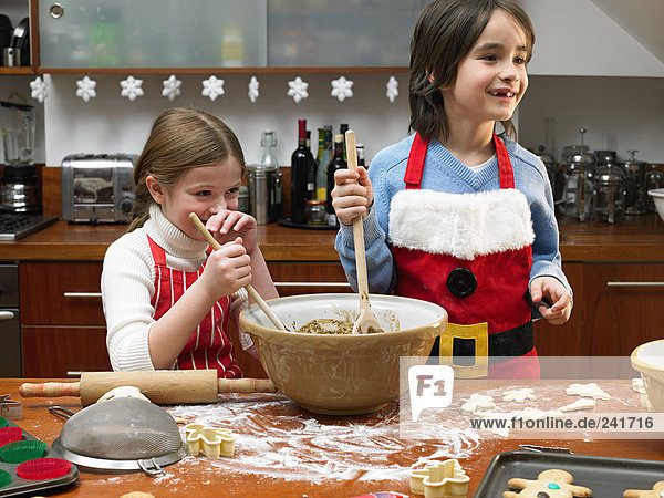 Kinder machen Kekse