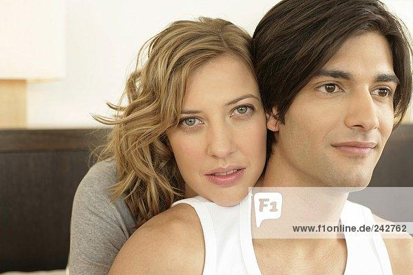 Porträt eines jungen Paares sie blickt in die Kamera  fully_released
